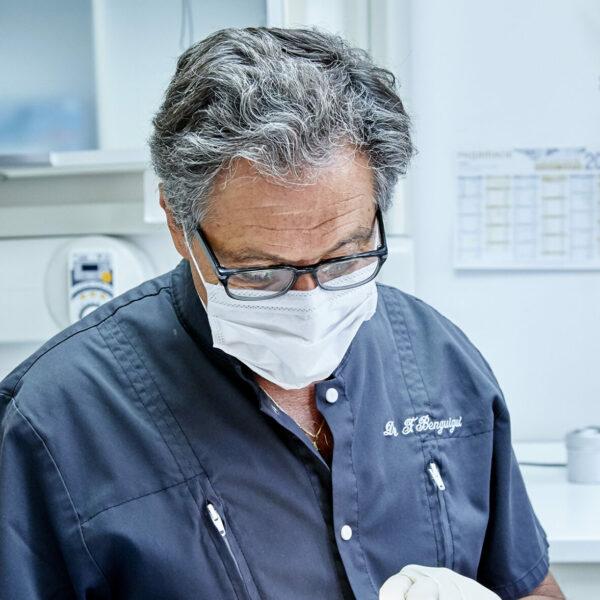 Le Dr Benguigui réalise un soin esthetique à Paris