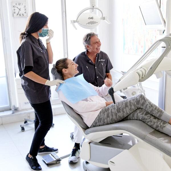 Le Dr Benguigui réalise un soin en esthetique dentaire